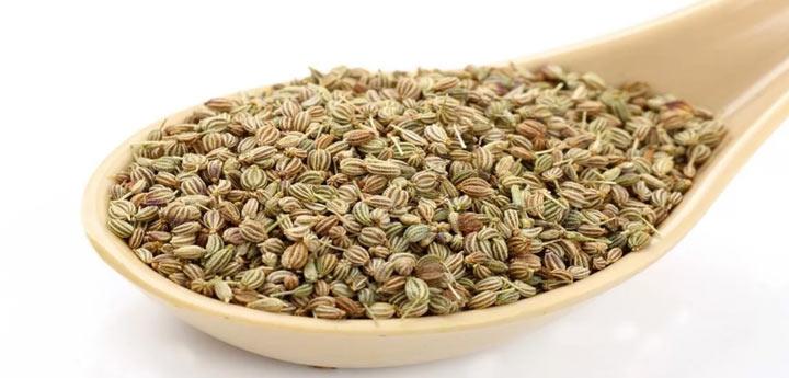 Семена индийского аджвана в ложке