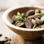 Зерна кардамона в миске