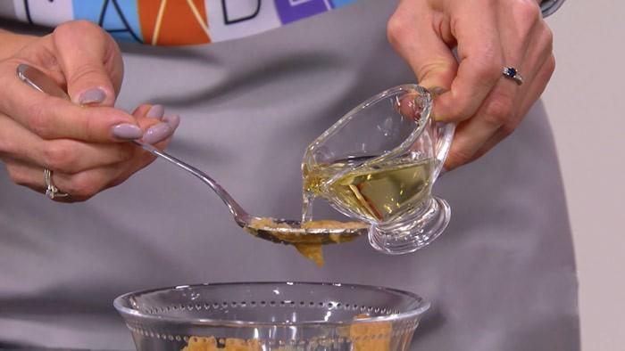 Добавление масла в горчицу