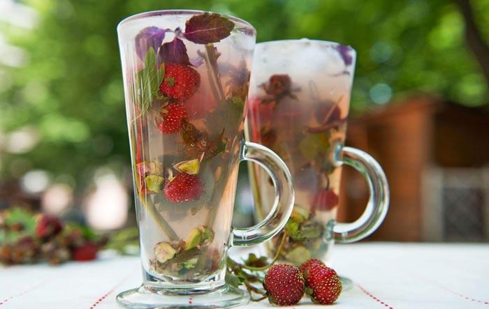 Ягоды с базиликом в чае
