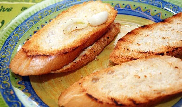 Брускетта с помидорами и базиликом – простой и очень вкусный завтрак