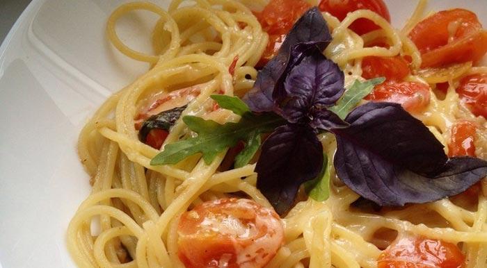 Спагетти с помидорами и базиликом – быстро, вкусно, полезно!